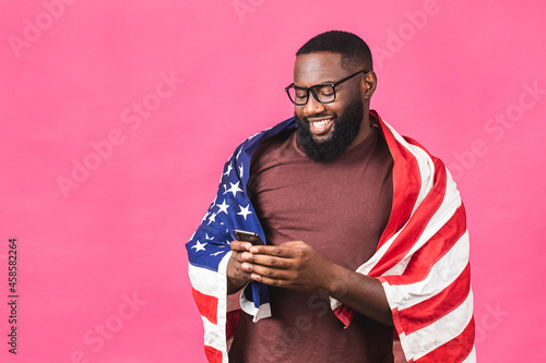 Canvas-taulu Photo of cheerful american african man protester raise american national flag black people revolution love all human beings express unity solidarity isolated over pink background
