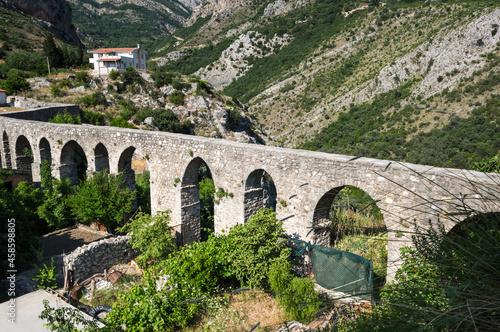 Fotografiet View of the aqueduct in Stari Bar