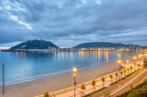 Tableau sur Toile View of La Concha beach in San Sebastian, Spain, before sunrise