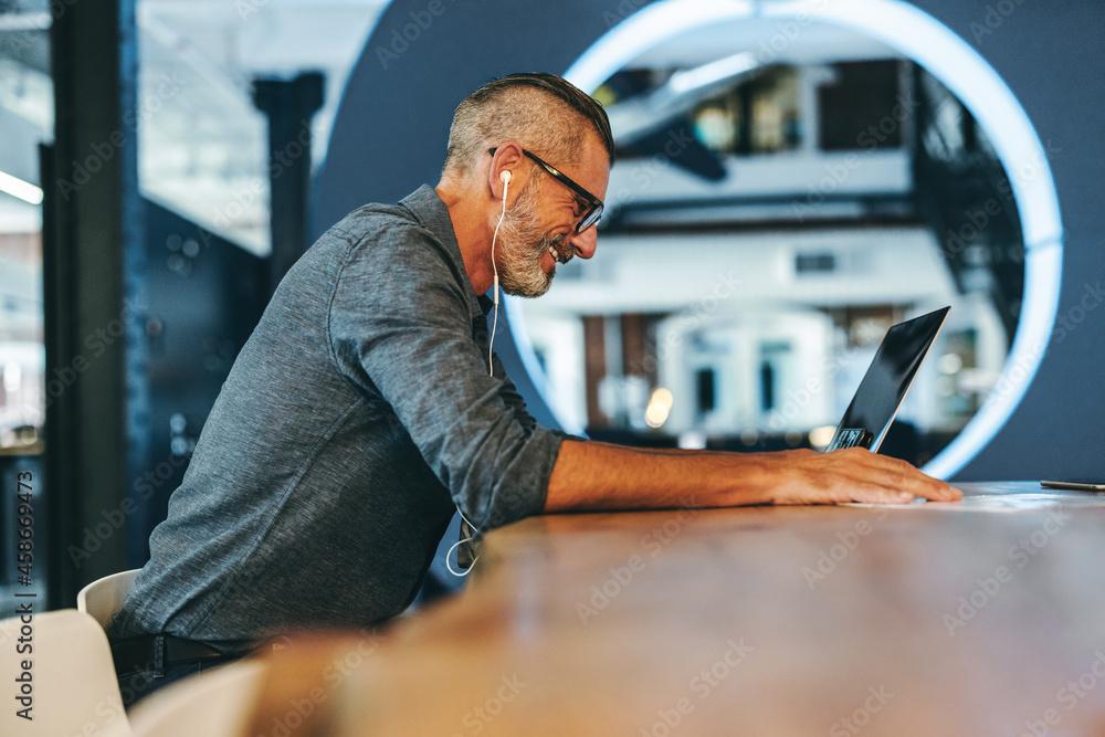 Leinwandbild Motiv - Jacob Lund : Experienced businessman smiling during a virtual meeting