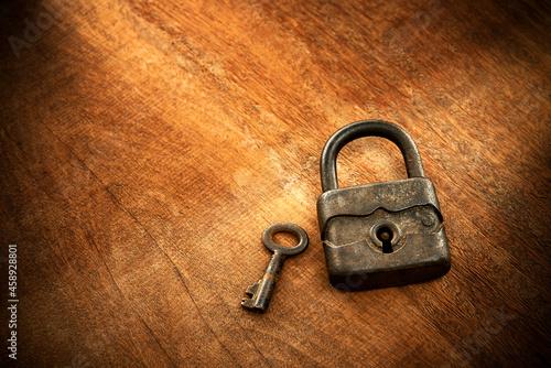 Valokuvatapetti Cadeado antigo com chave ao lado