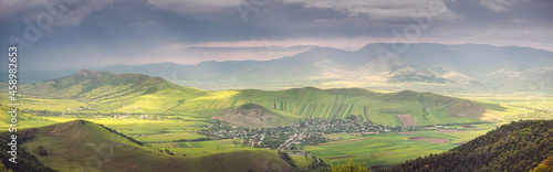 Photo Panoramic view of a distant village in a rural area with a sown agricultural fie