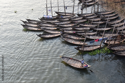 Fototapeta バングラデシュのダッカ。 川に浮かぶ沢山のボート。 木で造られた古い船体。