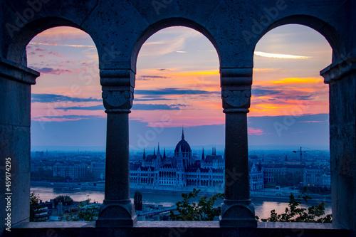 Vue du parlement de Budapest au lever du soleil depuis le bastion des pêcheurs Fototapete