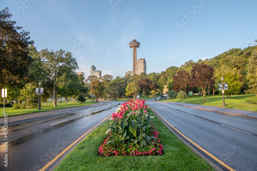 Foto Flower garden in the median of a tree-lined boulevard with a city skyline of Niagara Falls, Ontario, Canada in the background