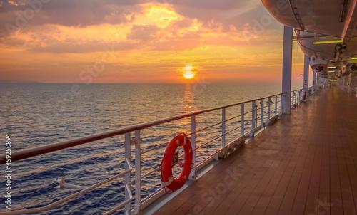 Fotografie, Obraz Pont promenade d'un navire de croisière en navigation avec coucher de soleil