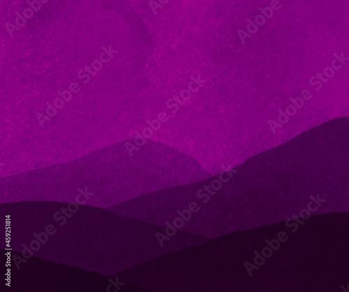 Fioletowe tło z górami.