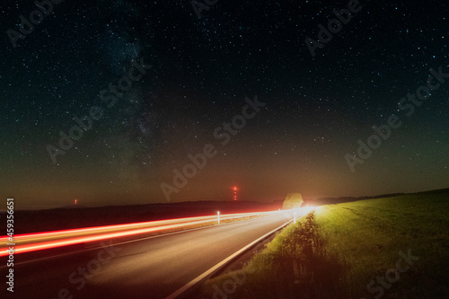 Zu den Sternen, Langzeitbelichtung mit Sternen am Nachthimmel und Lichtspuren von fahrenden Autos, Sternenpark Rhön
