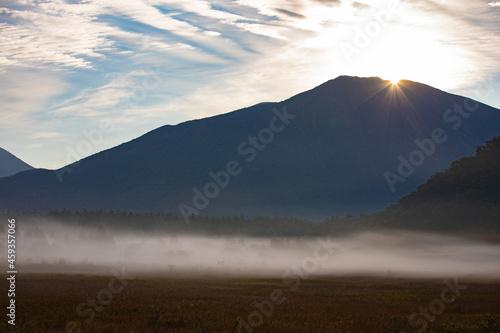 Fototapeta 朝日に照らされる霧の小田代ヶ原