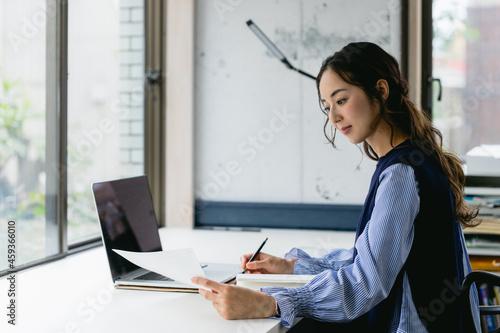 資料を手にして働く女性(自宅・テレワーク・オフィス) Fototapete