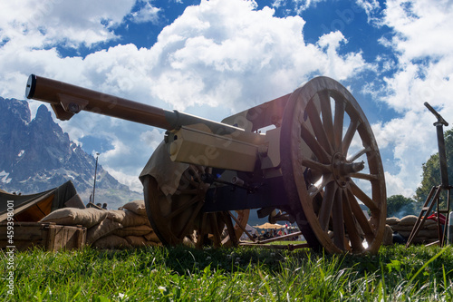 Foto Old vintage gunpowder cannon on wooden carriage