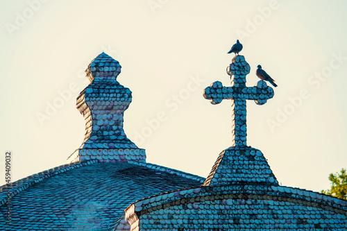 Photo Dos gaviotas en la cruz de piedra de la iglesia de la isla de La Toja en Galicia