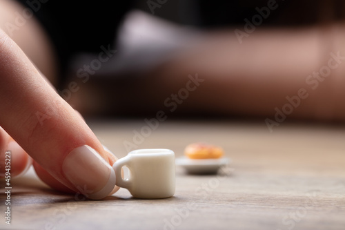 Fotografiet hands with mini food on a table