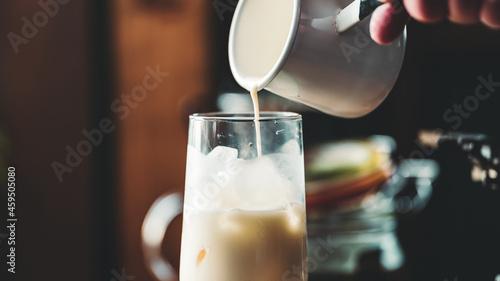 Photo グラスにミルクを注ぐシーン