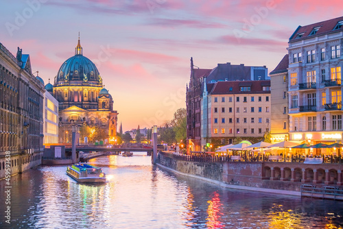 Canvas Berlin skyline with Spree river at sunset twilight