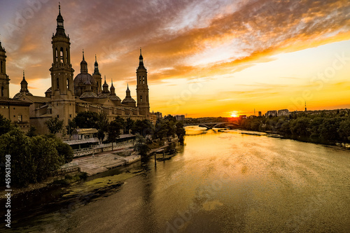 Fototapeta picturesque sunset on a summer day in the city of Zaragoza in Spain overlooking