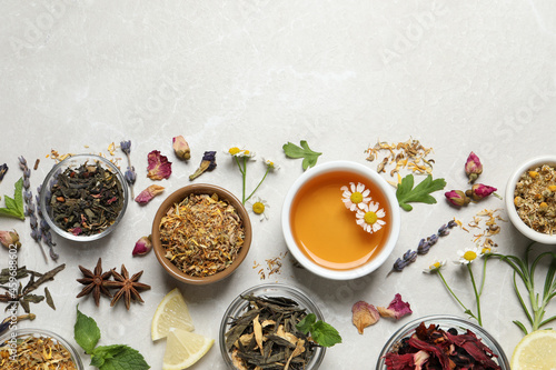 Canvastavla Flat lay composition with fresh brewed tea and dry leaves on light table, space