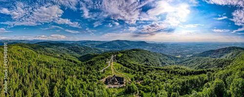 Góry, Beskid Śląski, Równica okolice Ustronia, panorama z lotu ptaka w lecie.