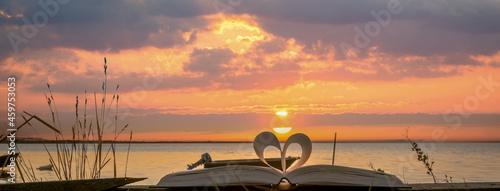 Canvas Livre plié en forme de cœur avec lever de soleil sur un étang de Camargue, France