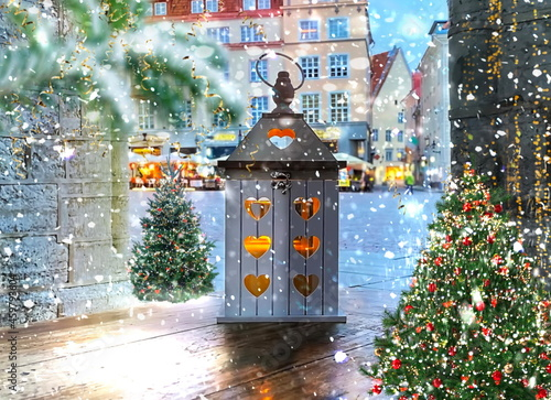 Foto Snowy   Christmas tree and romantic wooden lantern candle decoration snow fall