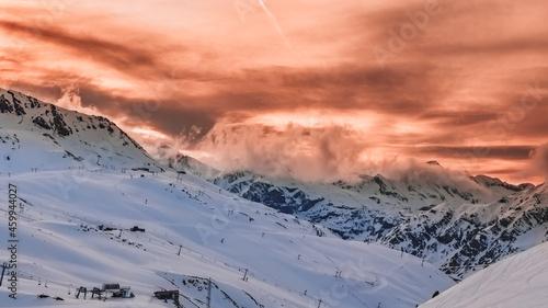 Fotografie, Obraz Pista de esquí sin gente y con magnífico atardecer en los Pirineos, Aragón, Espa