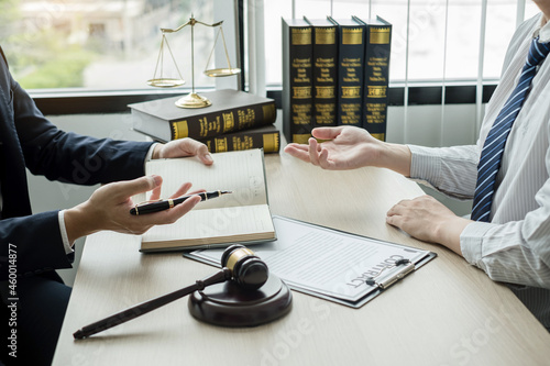 Foto Male lawyers or a judge counseling clients about judicial justice and prosecutio