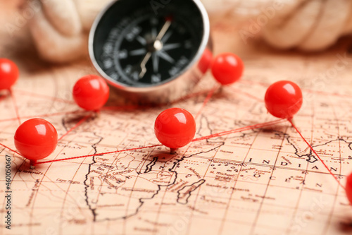 World map with pins and compass, closeup Fototapet