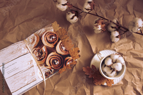 coffee roll in autumn style with leaves Fototapet
