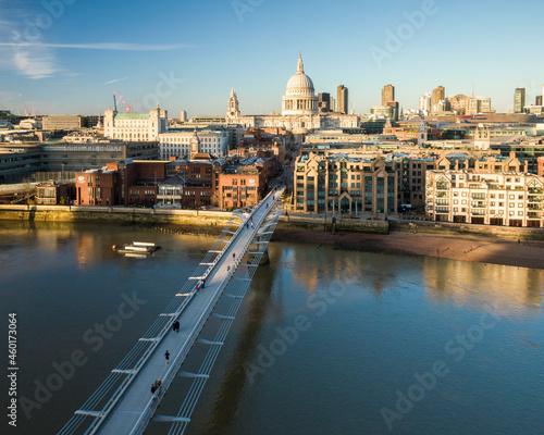 Fotografiet UK, London, Aerial view of footbridge on River Thames