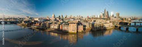 Canvastavla UK, London, Aerial view of downtown and River Thames at sunset