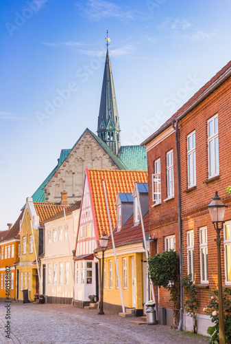 Canvas Colorful old houses and church tower in the historic city of Ribe, Denmark