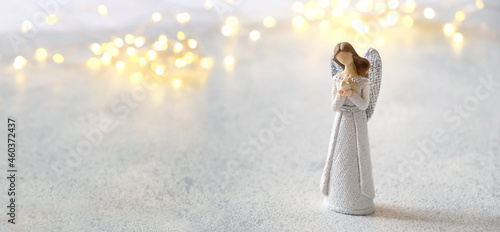 Fotografia cute angel on white background with lights bokeh