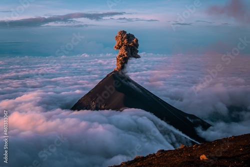 Photo The stunning Volcan de Fuego in Guatemala erupting at sunrise seen from Acatenan