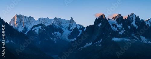 Fotografia Panorama of the mountain peaks near Chamonix during a tranquil dawn