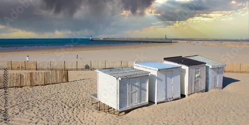 Fotografie, Obraz Calais (France) : la plage avec chalets