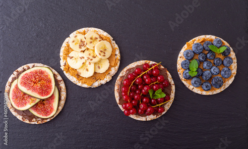 Photo Rice cake with banana  blueberry redcurrant and figs