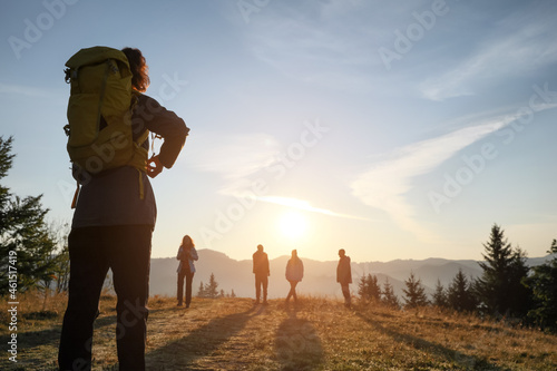 Canvastavla Tourists with backpacks in mountains on sunset, back view