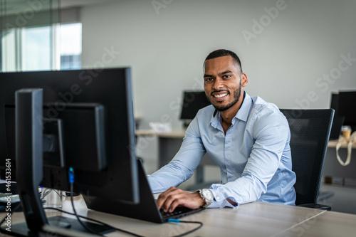 Personne professionnelle travaillant devant son ordinateur. Fototapet
