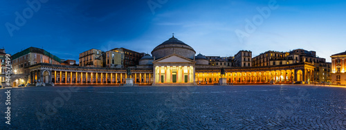 Foto Nigh time panorama of the Basilica Reale Pontificia San Francesco da Paola in Naples Italy