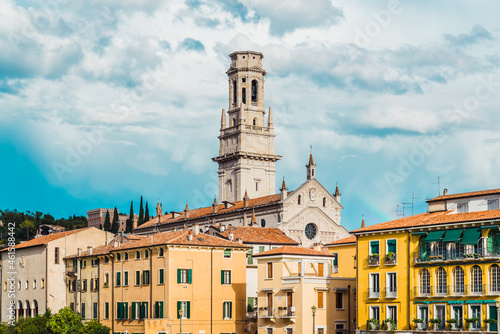 Fotografia Panoramic of Verona crossed by the river Adige, with the tower of the Cathedral of Santa Maria Matricolare in the background