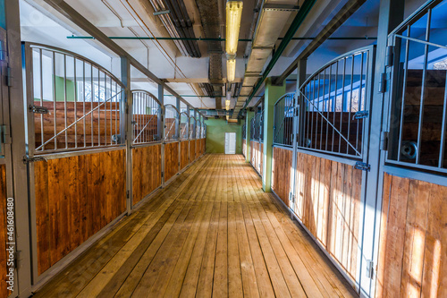 Photo The empty room of a large, light stable. A stable without horses.