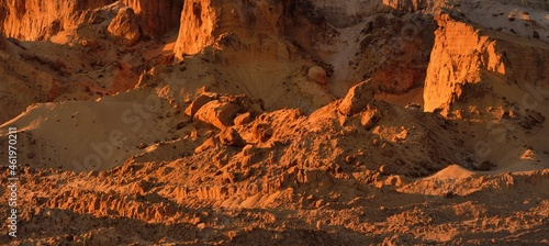 Fotografia Panoramic view of the red sandstone canyon (quarry) at sunset