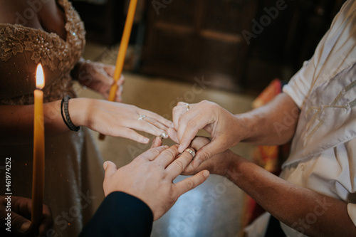 Man holding the hand o bride and groom during a wedding ceremony Fototapet