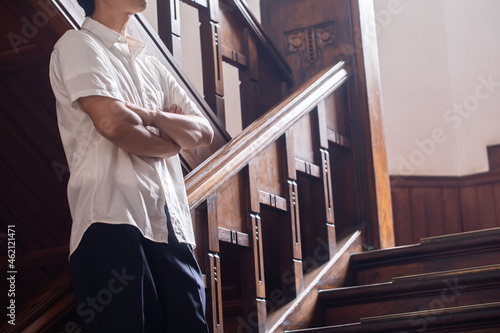 Fotografia 階段で腕組みをする男性  レトロな建物に佇む男性  腕組みをする人