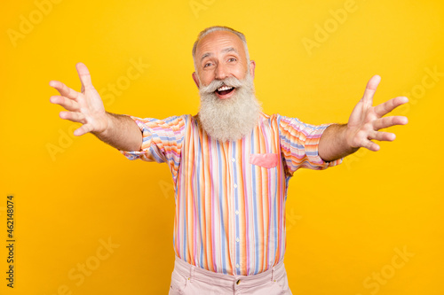Photo Photo of funny friendly age gentleman wear striped shirt smiling open arms invit
