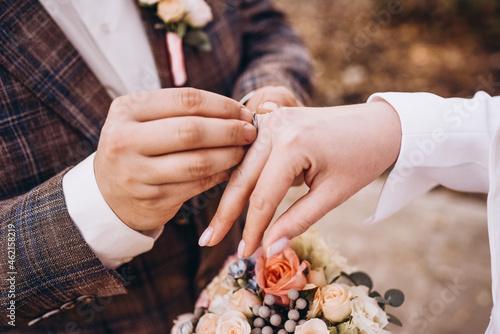 Fotografering bride and groom holding hands