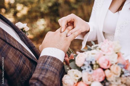 bride and groom holding hands Fototapet