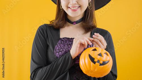 Obraz na plátne ハロウィンに魔女のコスプレをする女性