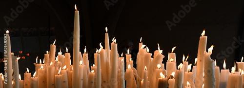 Photo Lourdes, ville des miracles et des pèlerins venus prier la Vierge Marie devant l