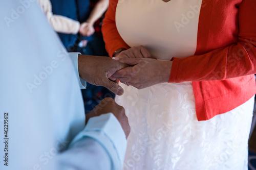 Billede på lærred bride and groom hands